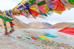 山和Pangong tso湖 图库摄影