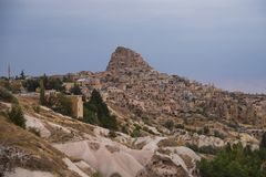 山和Uchisar市的美丽的景色从小山 卡帕多细亚,中央安纳托利亚,土耳其 免版税库存图片