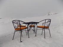 山咖啡馆露天在雪 免版税库存图片