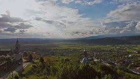 山围拢的小村庄鸟瞰图Karpaty乌克兰 股票视频