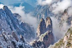 黄山国家公园五颜六色的峰顶  库存图片