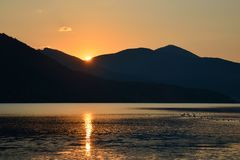 山土坎和太阳风景风景发出光线反射在t 库存照片