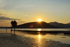 山土坎和太阳风景风景发出光线反射在t 库存图片