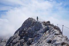 山土坎的孤独的远足者 免版税库存照片