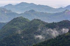 山在一多云天 免版税库存图片