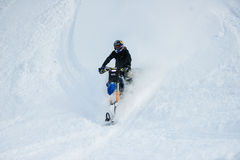山在一辆摩托车的马husaberg在山的冬天森林里 免版税库存照片