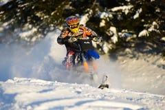 山在一辆摩托车的马husaberg在山的冬天森林里 免版税库存图片