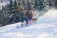 山在一辆摩托车的马husaberg在山的冬天森林里 免版税图库摄影