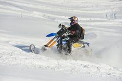 山在一辆摩托车的马husaberg在山的冬天森林里 库存图片