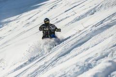 山在一辆摩托车的马husaberg在山的冬天森林里 库存照片