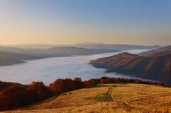 山在喀尔巴阡山脉的薄雾早晨 免版税库存图片