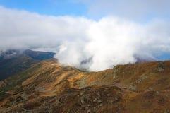 山在喀尔巴阡山脉的薄雾早晨 库存图片