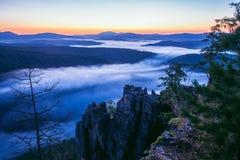 山在夏天早晨作梦,与薄雾,俄罗斯,乌拉尔的风景风景 库存图片