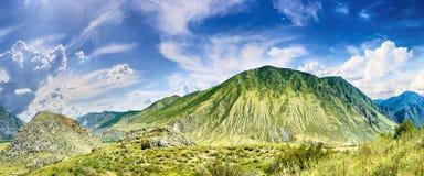 山在天空下 免版税图库摄影