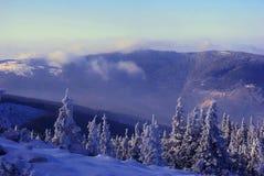 山在山的冬天风景 免版税库存图片