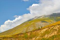 山在意大利的山的全景春天 图库摄影