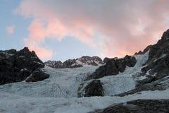山在日出的冰川和峰顶风景 免版税库存图片