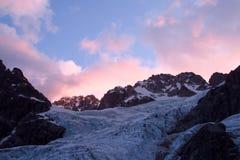 山在日出的冰川和峰顶风景 库存图片