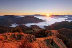 山在日出的秋天风景与薄雾在斯洛伐克 免版税库存照片