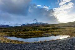 山在日落天空期间的自然视图冰岛覆盖雪cappe 免版税库存照片