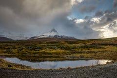 山在日落天空期间的自然视图冰岛覆盖雪cappe 库存图片