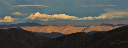 山在日落的Otago 库存图片