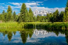 山在有反射的大蒂顿国家公园在斯内克河 库存照片