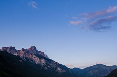 山在有带红色残光的提洛尔奥地利 免版税库存照片