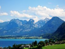 山在有滑翔伞的奥地利 免版税库存图片