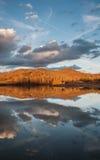 山在湖的水反射在日落期间 免版税库存图片