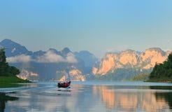 山在湖khao sok国家公园 泰国 库存图片