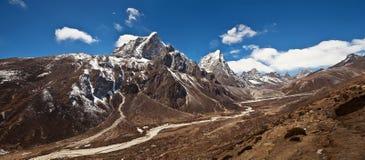 山在珠穆琅玛地区,尼泊尔全景  免版税图库摄影