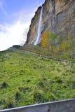 山在瑞士阿尔卑斯的卢达本纳瀑布 免版税库存照片