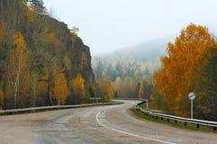 山在秋天的弯曲道路 免版税库存图片