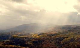 山在阳光下 免版税库存照片