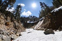 山在陡峭的峡谷的河床 图库摄影