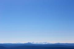 山在黎明,俄罗斯,西伯利亚的蓝色颜色 免版税库存照片