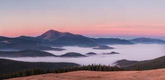 山在黎明 免版税图库摄影