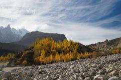 山在Hussaini村庄,巴基斯坦附近的秋天 库存照片