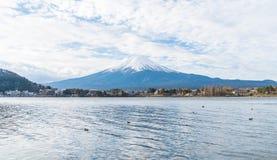 山在Kawaguchiko湖的富士圣在日本 库存照片