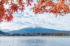 山在Kawaguchiko湖的富士圣在日本 免版税库存图片
