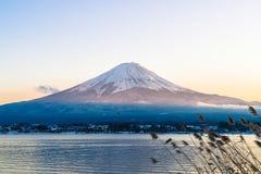 山在Kawaguchiko湖的富士圣 免版税库存图片