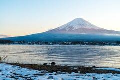 山在Kawaguchiko湖的富士圣 免版税库存照片
