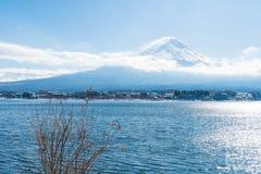 山在Kawaguchiko湖的富士圣 免版税图库摄影