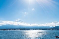 山在Kawaguchiko湖的富士圣 库存图片