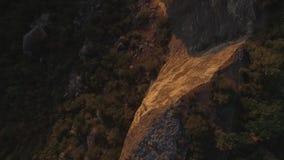 山地区在乔治亚 在山风景的高加索山脉和森林鸟瞰图有日落背景 股票录像