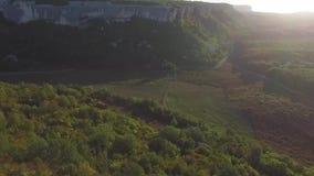 山地区在乔治亚 在山风景的高加索山脉和森林鸟瞰图有日落背景 股票视频