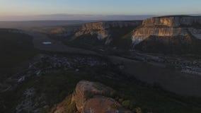 山地区在乔治亚 在山风景的高加索山脉和森林鸟瞰图有日落背景 影视素材