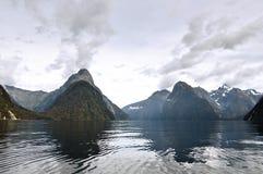 山地平线在Milford Sound 库存照片