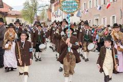 山坏Tölz的公司保护青年人并且做Dente天沟 库存照片